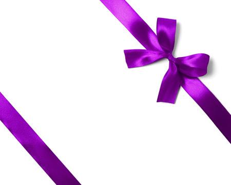 Shiny lila Satinband auf weißem Hintergrund. Studioaufnahme Standard-Bild - 32747635