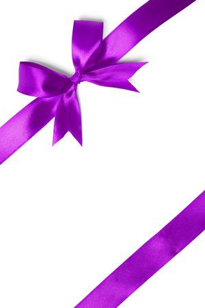 白い背景の光沢のある紫サテン リボン。スタジオ撮影 写真素材