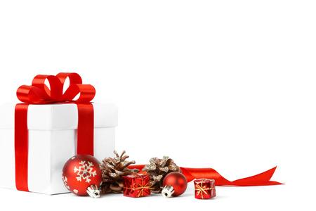 赤のボールでクリスマス ギフト弓に孤立した白い背景