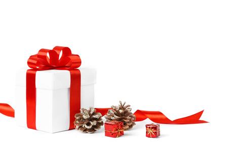 Kleurrijke rode geschenken met kerst versiering op wit wordt geïsoleerd Stockfoto