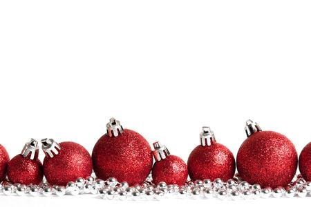 bordes decorativos: bolas de navidad de color rojo sobre fondo blanco. tiro del estudio