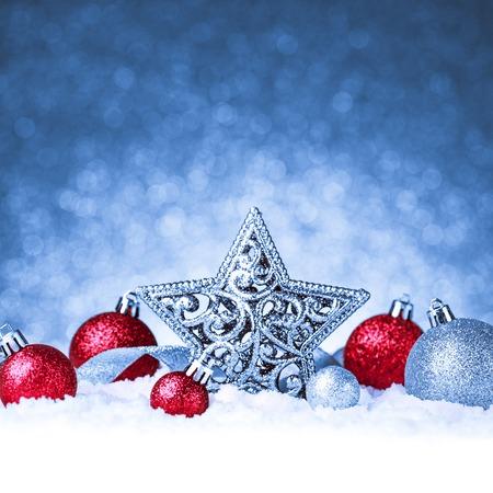 Kerst ornament in sneeuw op glitter achtergrond. studio-opname Stockfoto