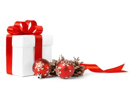 kerst cadeau met rode ballen boog geïsoleerd op witte achtergrond