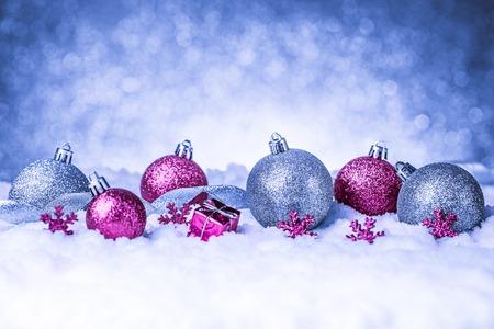 Frohe Weihnachten und glückliches neues Jahr-Karte mit roter Dekoration Standard-Bild - 34379564