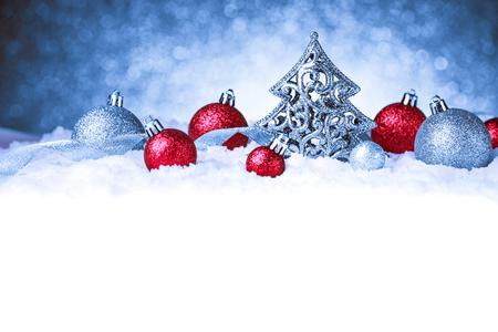 Frohe Weihnachten und glückliches neues Jahr-Karte mit roter Dekoration