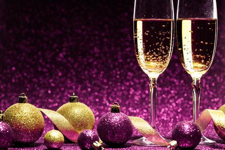 紫色の背景に、クリスマスのお祝いの準備ができてシャンパンを 2 杯