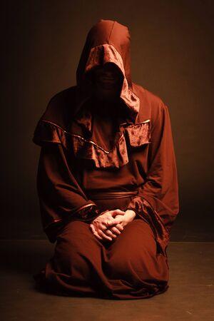 sacerdote: misterioso monje católico. Foto de archivo