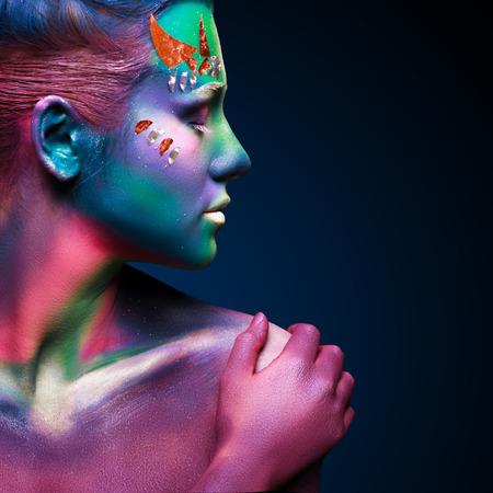 maquillaje de fantasia: Retrato de la hermosa mujer con arte corporal