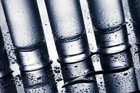 vasos de agua: Una fila de vasos de vodka. tiro del estudio