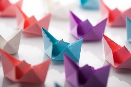 Leiderschap concept met behulp van papier schip onder witte