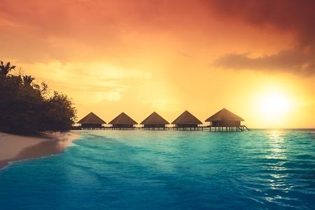 Over water bungalows met stappen in verbazingwekkende groene lagune Stockfoto