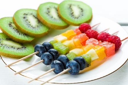 ensalada de frutas: Frutas frescas de verano en los palillos. Tiro del estudio