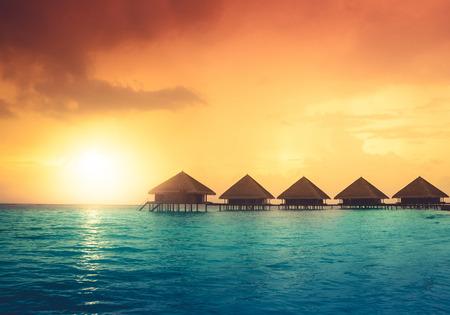 Over water bungalows met stappen in verbazingwekkende groene lagune