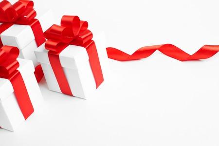 three gift boxes: Tres cajas de regalo con cintas rojas sobre fondo blanco Foto de archivo