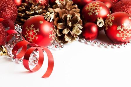 クリスマスの飾りを白で隔離の構成