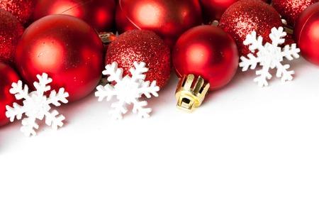 Samenstelling van de kerstversiering op wit wordt geïsoleerd