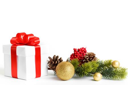 abetos: Composición de las decoraciones de Navidad aislado en blanco