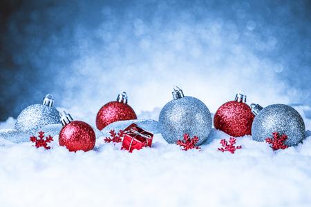 Vrolijke Kerstmis en Gelukkig Nieuwjaar kaart met rode decoratie Stockfoto - 45311218