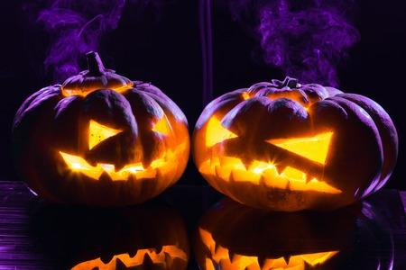 calabazas de halloween: Halloween - terribles calabaza sobre fondo negro. tiro del estudio Foto de archivo