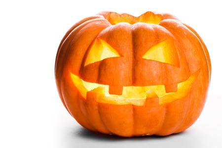 calabazas de halloween: Sola calabaza de Halloween. Cara asustadiza de Jack O'Lantern aislado en un fondo blanco.