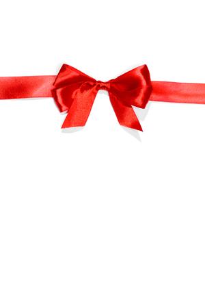 moños navideños: Cintas rojas con lazo con las colas aisladas sobre fondo blanco