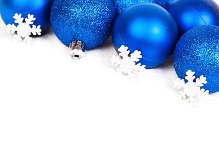 schneeflocke: Weihnachtskugeln und Schneeflocke auf weißem Hintergrund