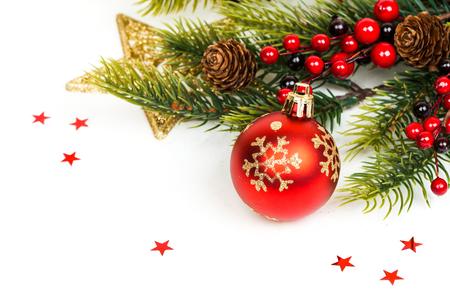 Kerst bal en fir takken met decoraties geïsoleerd over white Stockfoto