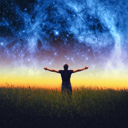 Sylwetka człowieka i gwiazdy nieba. Elementy tego zdjęcia dostarczone przez NASA