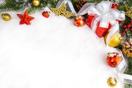 gift van Kerstmis met decoratie op een witte achtergrond. xmas dag Stockfoto