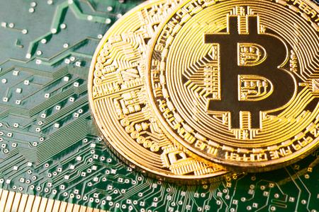 コンピューター回路基板上の黄金の Bitcoin Cryptocurrency。