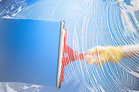 Limpieza de ventana con escobilla de goma blue sky