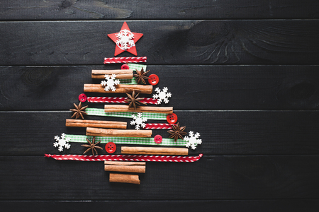 Christmas tree made of cinnamon, anise, ribbons and buttons Stockfoto