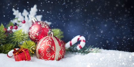 Christmas red balls with decorations on snow Stockfoto