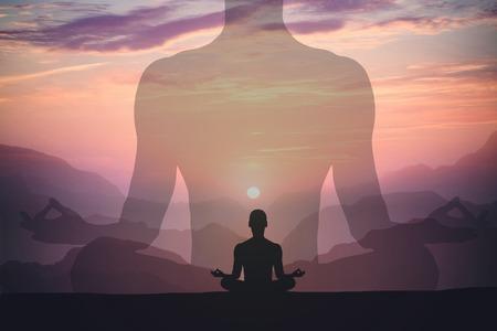 Uomo che medita yoga alle montagne del tramonto. Concetto di relax stile di vita di viaggio. Scatto con doppia esposizione