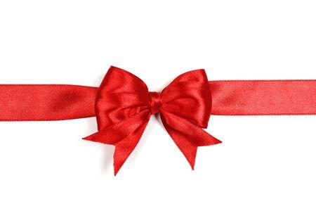 Rode satijnen geschenk boog geïsoleerd op een witte achtergrond. Stockfoto