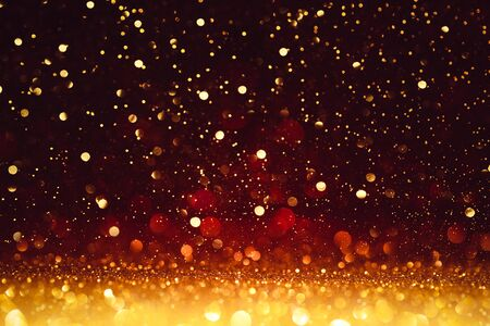 Paillettes Dorées De Noël Sur Rouge Brillant. Fond de bonne année Banque d'images