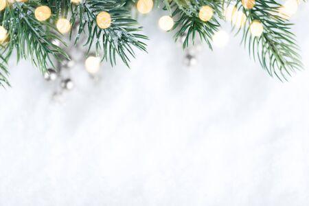 Primer plano de un árbol de Navidad con luz, copos de nieve. Fondo de vacaciones de Navidad y año nuevo. tono de color vintage.