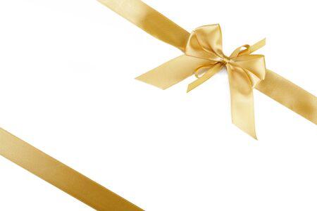 Bellissimo fiocco regalo d'oro isolato su sfondo bianco