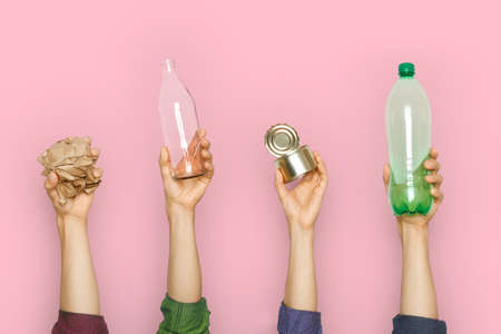 Human hands keep garbage on a pink background. 免版税图像