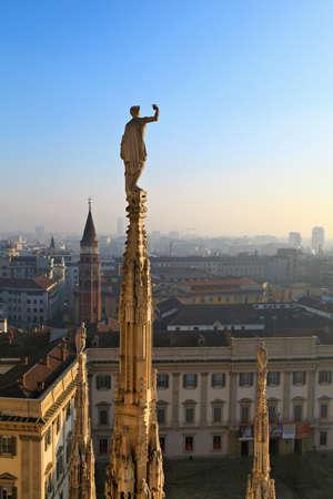 유명한 밀라노 대성당 밀라노, 이탈리아의 지붕 스톡 콘텐츠