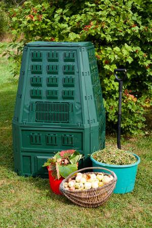 Compost bin and mulch in a garden. 版權商用圖片 - 45205097