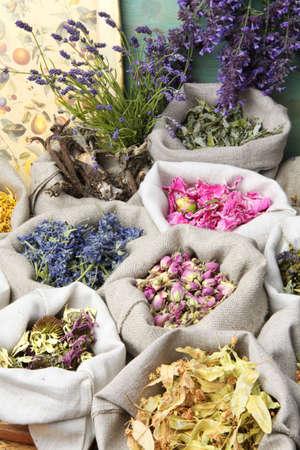 flores secas: Hierbas curativas médicas en unos sacos de lino. Foto de archivo