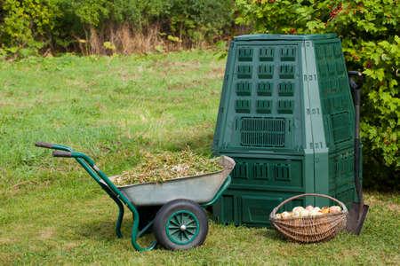 퇴비 빈, 폐기물, 뿌리 덮개 가을 정원에서. 스톡 콘텐츠