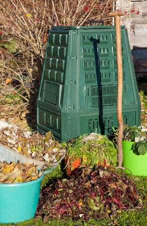 desechos organicos: Abono orgánico, cubo de compostaje, residuos, abono en un jardín de otoño.