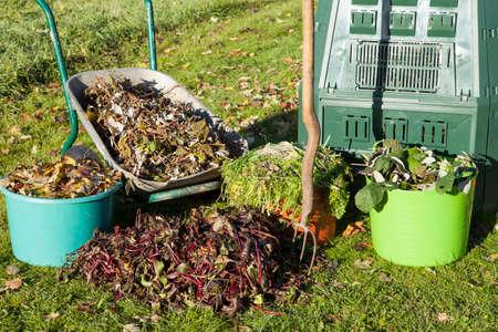 유기 퇴비, 퇴비 빈, 폐기물, 뿌리 덮개 가을 정원에서. 스톡 콘텐츠