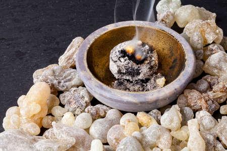 Kadzidło spalanie na gorącym węglu. Kadzidło jest aromatyczną żywicę, używane do obrzędów religijnych, kadzidła i perfum. Zdjęcie Seryjne