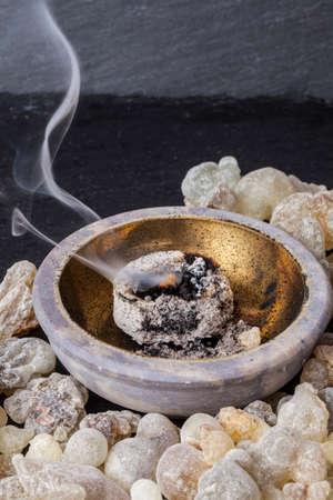 뜨거운 석탄 연소 유향. 유향은 종교 의식, 향과 향수에 사용되는, 방향족 수지이다.