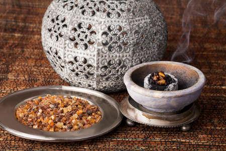 몰약은 향기로운 수지로서 종교 의식, 향 및 향수에 사용됩니다. 스톡 콘텐츠