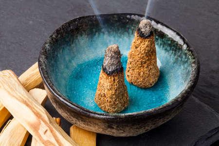 "Bursera graveolens는 스페인어로 Palo Santo ( ""거룩한 나무"") 라틴 아메리카에서 온 야생의 나무입니다. 그것은 물건을 만들고 불타는 막대기와 향을내 스톡 콘텐츠"