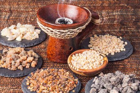 다양한 종류의 향 : 향수, 유향, 메신저, 코파이바, 엘미 까마 냐 스톡 콘텐츠